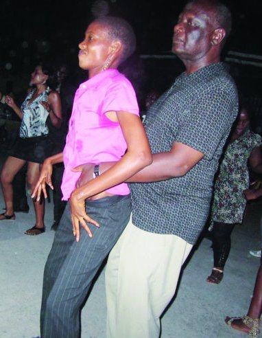 Mh. Kapuya hakiwa katika moja ya harakati zake za kula raha... mkono wa prof. unaelekea wapi? kweli majanga.